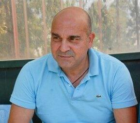 Ο προπονητής ποδοσφαίρου Γιώργος Χατζάρας συνομιλεί με τον δημοσιογράφο Βίλη Γαλανομάτη